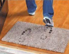 Βγάζουμε τα παπούτσια μέσα στο σπίτι, ναι ή όχι