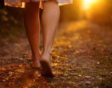 Περπατήστε με γυμνά πόδια και αφήστε τη γη να σας θεραπεύσει