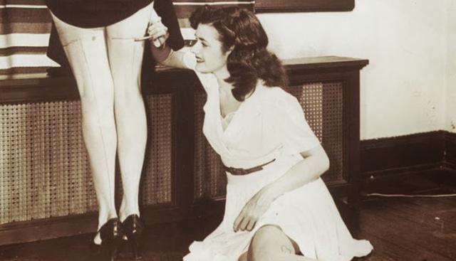 Γιατί οι κοπέλες βάφουν τα πόδια τους κατά τη διάρκεια του Β΄ Παγκοσμίου Πολέμου;