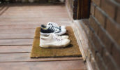 Τελικά είναι σωστό ή λάθος να ζητάμε από τους καλεσμένους μας να βγάζουν τα παπούτσια τους;